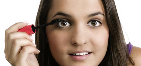 Adolescente aplicándose maquillaje