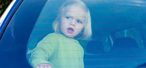deca u pregrejanom automobilu